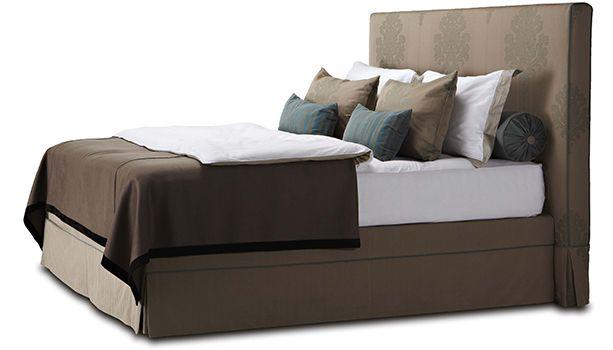 Cовременные прямые формы в сочетании с ненавязчивой, высокой спинкой и внешним кантом. Юбка на кровати плиссирована со всех четырех сторон, складки фиксируются, застегиваются клапаном, либо оформляются декоративным бантом.